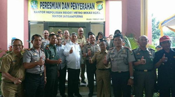 Walikota Bekasi Rahmat Effendi dan Kapolres Metro Bekasi Kota Kombes Pol Umar Surya Fana meresmikan pemakaian gedung Polsek Jati Sampurna, Selasa 7 Februari 2017.[BEN]