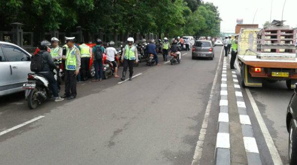 Sejumlah kenderaan roda dua dan empat terjaring razia Operasi Tertib Administrasi Kendaraan Bermotor yang belum membayar pajak di Jalan Prokol Ahmad Yani, Kota Bekasi, Selasa 7 Pebuari 2017.[ISH]