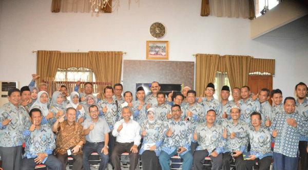 Wakil Walikota Bekasi H Ahmad Syaikhu saat menerima kunjungan silaturahmi BMPS Kota Metro Lampung, di rumah dinas Wakil Walikota Bekasi, Sabtu 25 Februari 2017.[ISH]