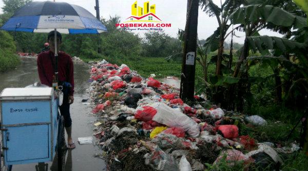 Deretan sampah disisi kiri dan belakang pedagang es di Kampung Cijambe.[HSB]