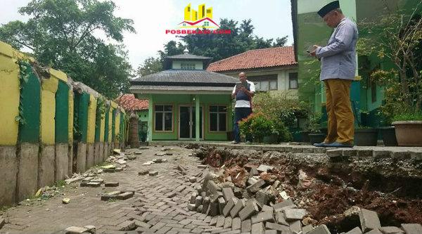 Walikota Bekasi Rahmat Effendi saat mengecek halaman SD Negeri 6 Pekayon Jaya yang amblas akibat abrasi Kali Bekasi.[BEN]