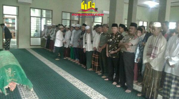 Jajaran Tiga Pilar Kecamatan Setu melaksanakan shalat jenazah di Masjid Jami Al Islah, Desa Burangkeng, Jumat 10 Februari 2017.[YAN]