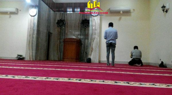 Ruang shalat Masjid Jami' Daarul Amanah Polrestro Bekasi.[HSB]
