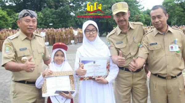 Walikota Bekasi Rahmat Effendi bersama dua siswa berprestasi Ajeng Salsabila dan Ayu Dhea.[BEN]