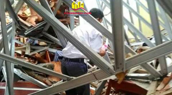 Seorang pelajar SMA Negeri 1 Muara Gembong tengah mecari tas dan buku ditengah puing-puing atap gedung yang ambruk, Selasa 28 Februari 2017.[HSB]
