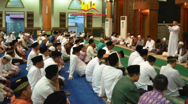 Walikota Bekasi Rahmat Effendi di Masjid Agung Al-Barkah, Alun-Alun Kota Bekasi, Jumat 3 Pebuari 2017.[ISH]