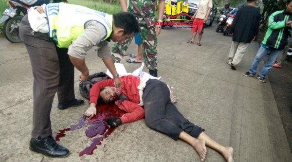 Korban pemotor tewas dilindas mobil mini bus di Jalan Raya Setu - Cibening, Senin 13 Februari 2017.[RAD]