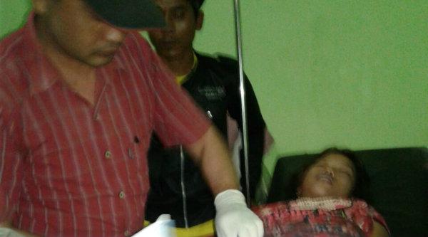 Korban Wulan saat diperiksa di Klinik Mantri Rohim.[OJI]