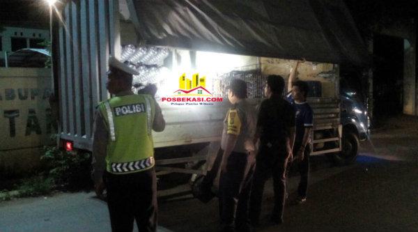 Truk bermuatan melebih tonase diberhentikan dan saat melintas di daerah operasi polisi dengan melakukan pemeriksaan barang muatan truk.[ZAI]