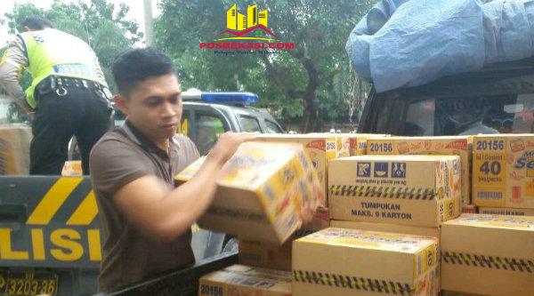 Polres Metro Bekasi salurkan bantuan untuk korban banjir melalui Polsek-Polsek yang wilayahnya terdapat titik banjir.[SOF]