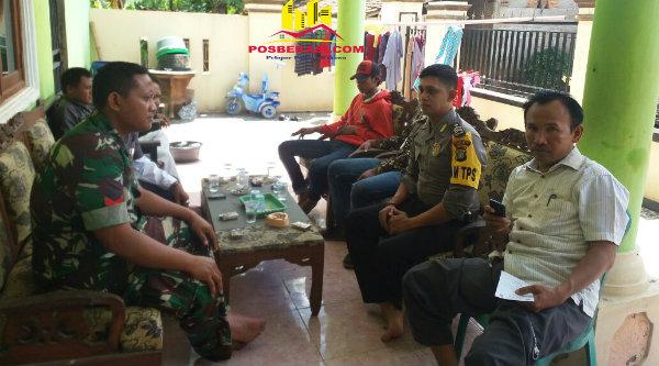 Kasi Humas Polsek Muaara Gembong Brigadir Wahyu bersama Babinsa dan Sekdes Harapan Jaya Sadam HS memantau pengamtau TPS di wilayah Muara Gembong.[OJI]