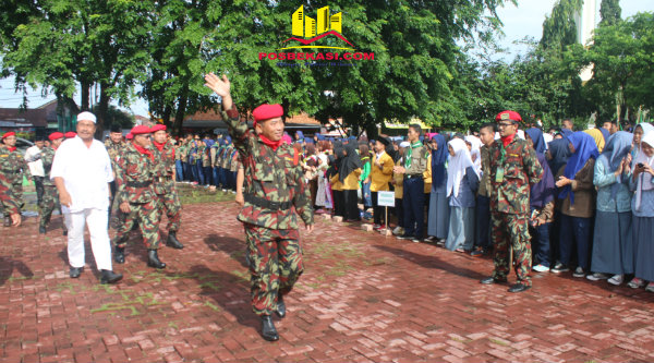 Walikota Bekasi Rahmat Effendi mengenakan seragam Kokam saat menjadi irup Milad Muhammadiyah ke-107 di Alun-Alun Kota Bekasi, Sabtu 4 Pebuari 2017.[BEN]