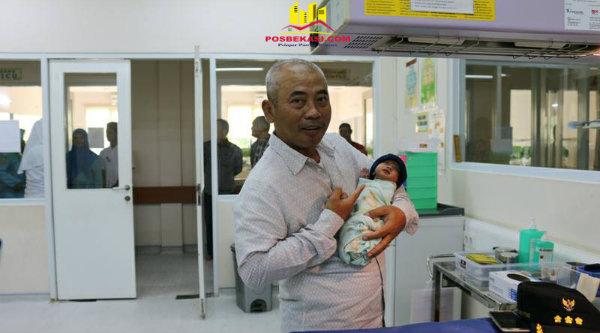 Walikota Bekasi Dr.Rahmat Effendi menggendong bayi saat meninjau RSUD Kota Bekasi, Selasa 14 Februari 2017.[BEN]