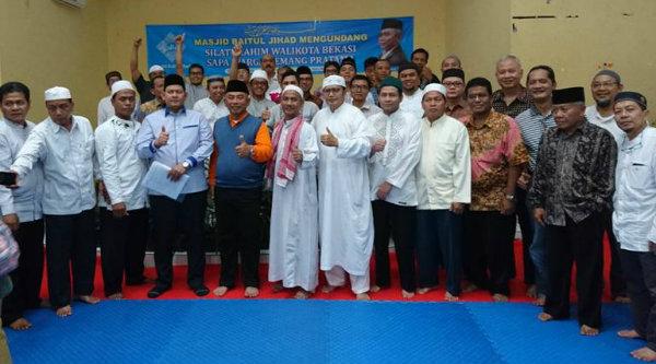 Walikota Bekasi, Rahmat Effendi, bersama pengurus Yayasan Masjid Baitul Jihad Perumahan Kemang Pratama 5, Minggu 12 Februari 2017.[SUB]