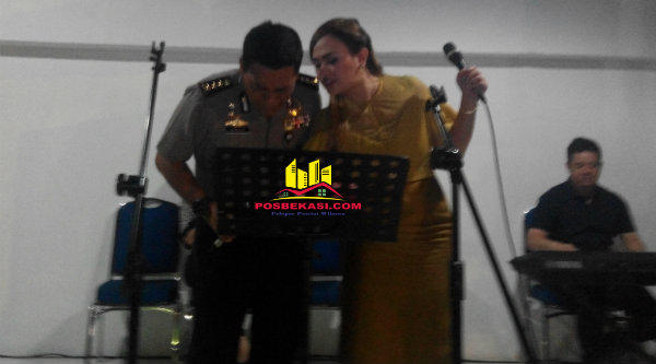 Kabid Humas Polda Metro Jaya, Kombes Pol Raden Prabowo Argo Yuwono, saat memilih lagu.[YAN]