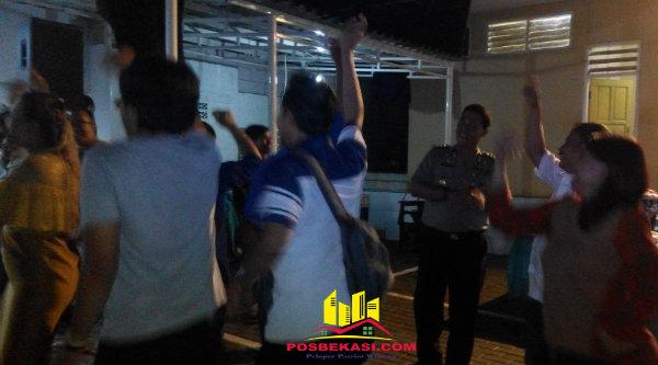 Kabid Humas Polda Metro Jaya, Kombes Pol Raden Prabowo Argo Yuwono, turun berjoget bersama wartawan.[YAN]