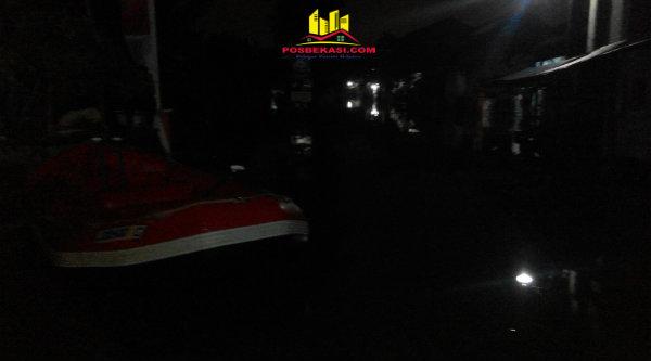 Perahu karet terlihat stand by di perumahan PHP yang tergenang 1,2 meter sejak Jumat 17 Maret 2017 siang.[YAN]