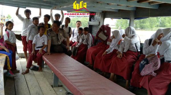 Ipda Andi Suprayogi bersama murid-murid SDN 02 Pantai Bahagia, Muara Gembong.[SUB]