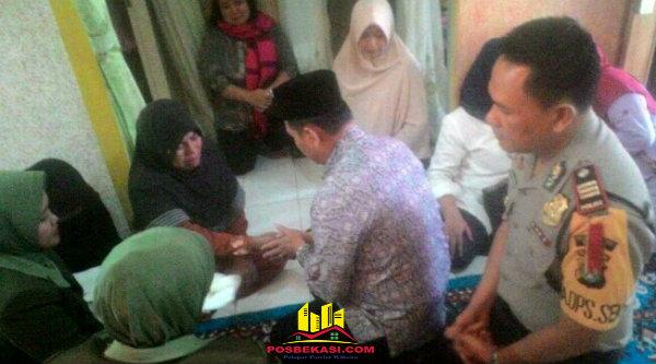 Camat Setu M Nabrih Bin Saend menyampaikan belasungkawa pada istri almarhum Kapten Arh Ismail Demonggren di rumah duka, Kamis 2 Maret 2017.[HSB]