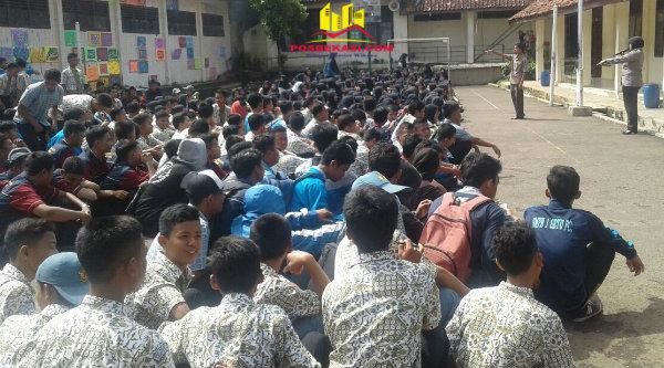 Kanit Binmas Polsek Setu Iptu Dessy Yulhasri mendamaikan dua kubu pelajara SMKN 1 dan SMAN 1 Setu.[MIN]