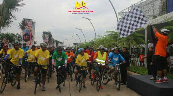 Project Director GKL, Putu Adi Priyatna, saat mengibarkan bendera start GKL Fun Bike, Minggu 19 Maret 207.[ISH]