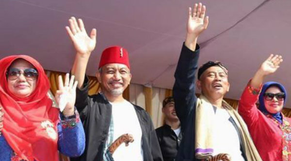 Walikota Bekasi Rahmat Effendi dan Wakil Walikota Bekasi Ahmad Syaikhu didampingi istri masing-masing melambaikan tangan menyapa warga Kota Bekasi.[ISH]