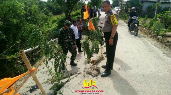 Jalan Raya Inspeksi Kali Malang, CBL, Kampung Kedaung ambles, Rabu 8 Maret 2017.[IST]