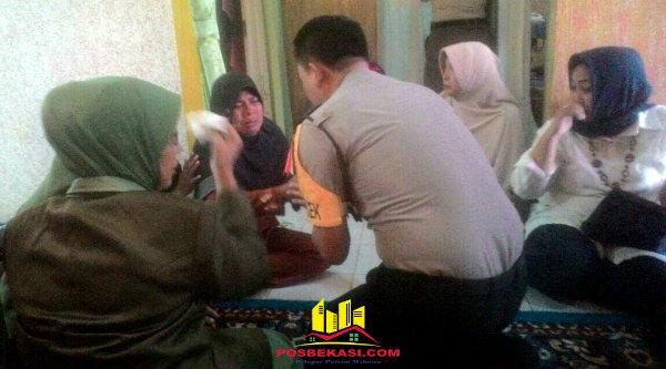 Kapolsek Setu AKP Agus Rohmat saat menyampaikan belasungkawa pada istri almarhum Kapten Arh Ismail Demonggren di rumah duka, Kamis 2 Maret 2017.[HSB]