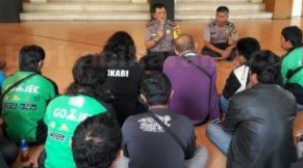 Polrestro Bekasi melakukan pembinaan terhadap driver online di Pendopo Masjid Jami' Daarul Amanah Polres Metro Bekasi, Sabtu 11 Maret 2017.[IST]