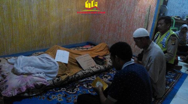 Kasi Humas Polsek Setu Aiptu Parjiman saat melayat jenazaah Kapten Arh Ismail Demonggren di rumah duka, pada Kamis 2 Maret 2017 dinihari.[HSB]