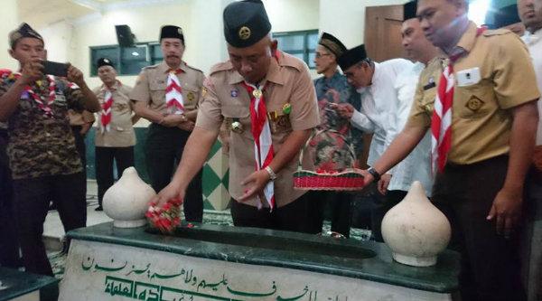 Walikota Bekasi Rahmat Effendi tabur bunga di makam KH Noer Alie.[ISH]