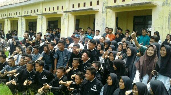 Mendibud Muhadjir Effendy berfoto bersama pelajar dan pengajar SMAN 1 Muara Gembong saat meninjau atap ruang kelas yang roboh, Kamis 2 Maret 2017.[IST]