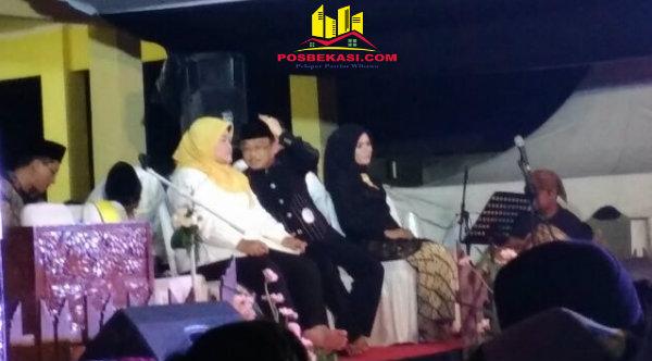 Bupati Bekasi Neneng Hasanah Yasin dan Bupati Karawang Dedi Mulyadi pada acara Pituah dan Nada di Balai Desa Ciledug, Selasa 28 Maret 2017 malam.[MIN]