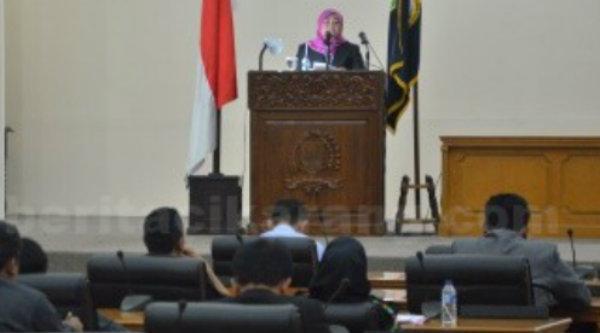 Bupati Neneng Hasanah Yasin saat membacakan LKPJ akhir masa bakti 2012-2017 pada sidang Paripurna di Gedung DPRD Kabupaten Bekasi, Kamis 23 Maret 2017.[IST]