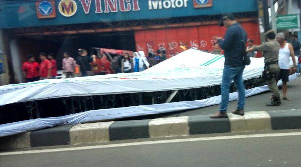Papan reklame yang roboh di Alexindo, Kota Bekasi, Kamis 2 Maret 2017.[IST]