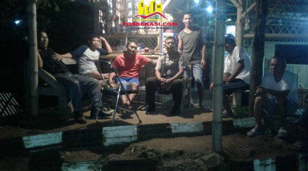 Kasi Humas Polsek Setu Aiptu Parjiman saat memimpin Padal malam Hari Raya Nyepi menyambangi warga.[MIN]