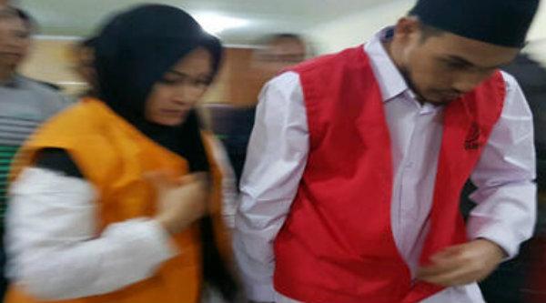 Pasangan suami istri, Hidayat Taufiqurahman dan Rita Agustina, produsen vaksin palsu saat menjalani sidang perdana di PN Kota Bekasi, pada 11 November 2016.[DOK]