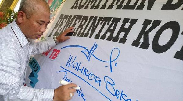 Walikota Bekasi, Rahmat Effendi membubuhkan tandatangan pada Getak PSN di Kecamatan Bekasi Selatan, Jumat 24 Maret 2017.[ISH]