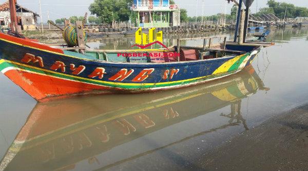 Perahu Mayang Sari yang ditumpangi tiga nelayan digulung ombak ditemukan dan sudah ditarik masuk ke Muara Bungin, pada Selasa 28 Maret 2017.[YAN]