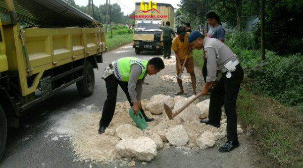 Tiga Pilar Setu menutup pulau jalan penuh lubang di Jalan Raya Serang Setu menuju Cileungsi Bogor, pada Selasa 14 Maret 2017.[YAN]
