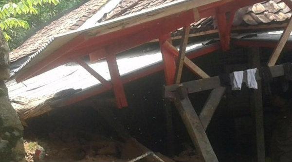 Rumah bagian depan Nenek Islah ambruk akibat pergeseran tanah.[IST]