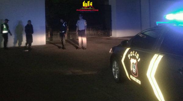 Patroli mobile Polsek Setu sambangi pos ronda dan security pada Jumat 10 Maret 2017 dinihari.[MIN]