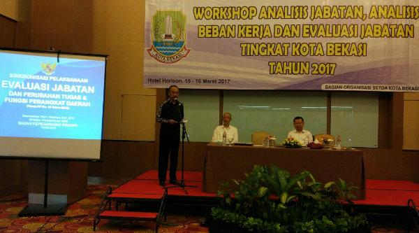 Sekda Kota Bekasi, Rayendra Sukarmadji, membuka workshop penyusunan analisis jabatan dilingkungan Pemko Bekasi, Rabu 15 Maret 2017.[ISH]