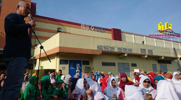 Walikota Bekasi, Rahmat Effendi, saat membuka senam masal dalam rangka Hari Ulang Tahun Kota Bekasi Ke-20, Sabtu 4 Maret 2017.[ISH]