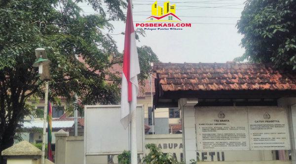 bendera setengah tiang di Polsek Setu sebagai turut belasungkawa wafatnya KH Achmad Hasyim Muzadi.[MIN]