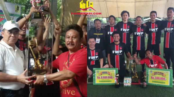 Ketua FWP, Naek Pangaribuan saat menerima Piala Walikota Bekasi dan Tim Futsal FWP yang berhasil menjuarai turnamen Walikota Bekasi 2017, Minggu 11 Maret 2017.[HSB]