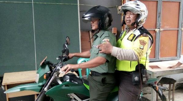 Bhabin Kamtibmas dan Babinsa Kelurahan Harapan Jaya kompak menggunakan motor trail keluar masuk gank sambaing warga menyampaikan pesan Kamtibmas.[RIS]