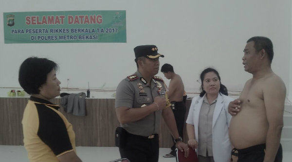 Waka Polres Metro Bekasi AKBP Putu Putera Sadana saat berbincang dengan peserta Rikkesla di Gedung Promoter Polrestro Bekasi, Senin 6 Maret 2017.[HSB]