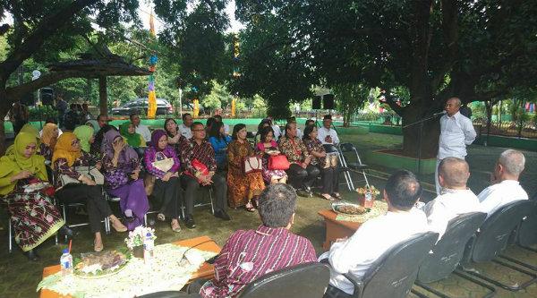 Walikota Bekasi, Rahmat Effendi pada acara coffe morning bersama jajaran IPPAT di Taman Pendopo Pemko Bekasi, Jumat 3 Maret 2017.[ISH]