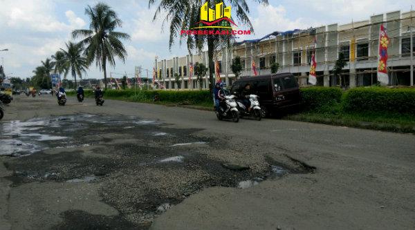 Sebagian badan jalan utama Perumahan Dukuh Zamruh yang hancur menuju Jalan Raya Bantar Gebang – Setu.[ZAI]